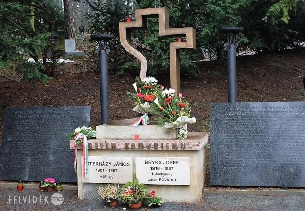 Hogyan került Esterházy János urnája a prágai Motol temető közös sírjába?
